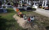Scenă ŞOCANTĂ în cimitir. Ce au păţit doi părinţi din Polonia când au mers să depună flori la mormân...