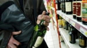4 Tineri a furat băuturi alcoolice şi alte produse dintr-un supermarket din Tasnad