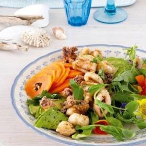 Salata de calamari cu papaya si avocado