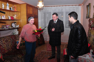 Un coș de Crăciun plin cu bunătăți  și un buchet de flori3