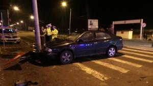 Un-șofer-beat-la-volan-s-a-oprit-într-un-stâlp-de-beton