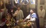 VIRALUL SĂPTĂMÂNII: Popa care face duş enoriaşilor de Bobotează (VIDEO)