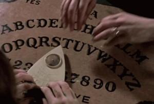 au-folosit-placa-spiritelor-ca-sa-contacteze-cainele-mort-ce-s-a-intamplat-dupa-e-cutremurator