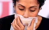 TRUC GENIAL! Ce se intampla daca aplici pudra peste un servetel, direct pe buzele tale (VIDEO)