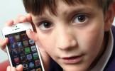 Am avut un şoc! O mamă şi-a lăsat băieţelul să se joace pe iPhone, cu o aplicaţie gratuită. Ce fac...