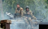 Brad Pitt este de nerecunoscut in rolul unui soldat in drama Fury, despre Al Doilea Razboi Mondial -...