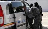 Patru poliţişti bătuţi de romi, la Bălteni. Două maşini de poliţie au fost avariate, s-au tras patr...