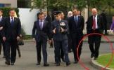 FOTO. Băsescu ţopăind sprinten pe bordură, doar pentru a fi văzut alături de Obama