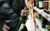 Patru tineri au furat băuturi alcoolice şi alte produse dintr-un supermarket din Tasnad