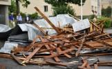 Furtună la Deva. Autoturisme distruse, şapte acoperişuri smulse de vânt şi copaci doborâţi la pământ